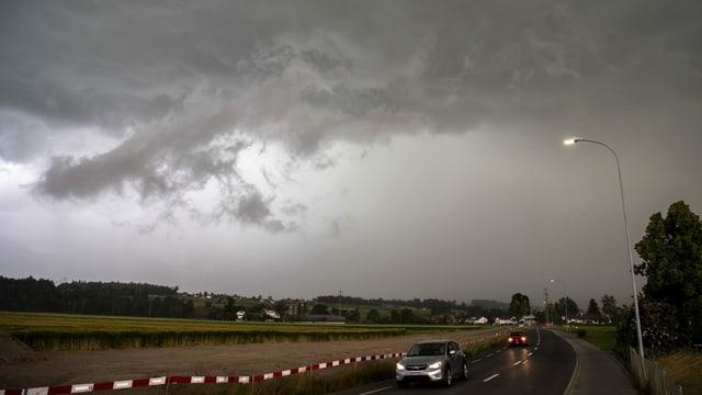In Uetendorf (BE) sah man die graue Wolkenwand eindrücklich herannahen.