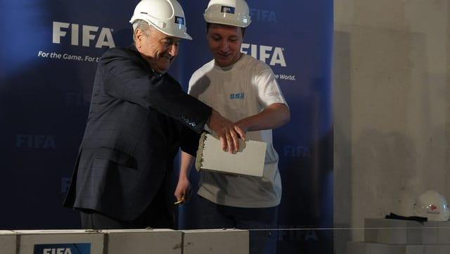 Sepp Blatter legt einen symbolischen Stein für das FIFA-Museum.