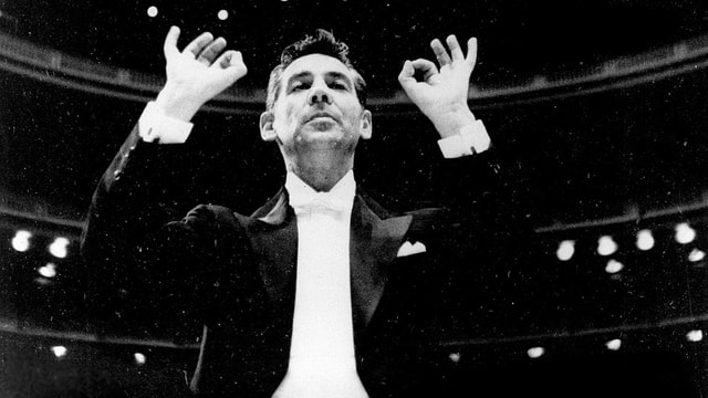 Leonard Bernstein dirigiert.