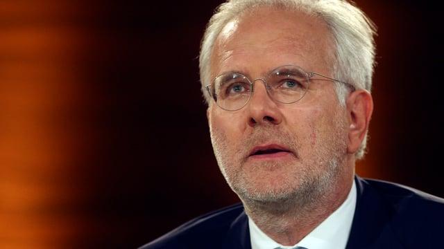 Harald Schmidt blickt desinteressiert in die Ferne während einer Aufzeichnung von Wetten Dass.