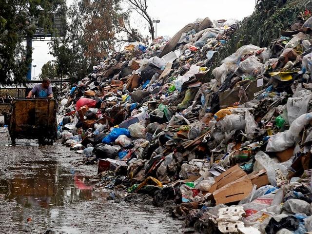 Müllberge türmen sich in Beiruts Strassen.