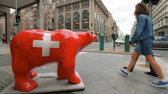 Rote Bärenskulptur mit Schweizerkreuz in Berlin