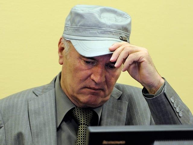 Mladic mit Kappe im Gerichtssaal.
