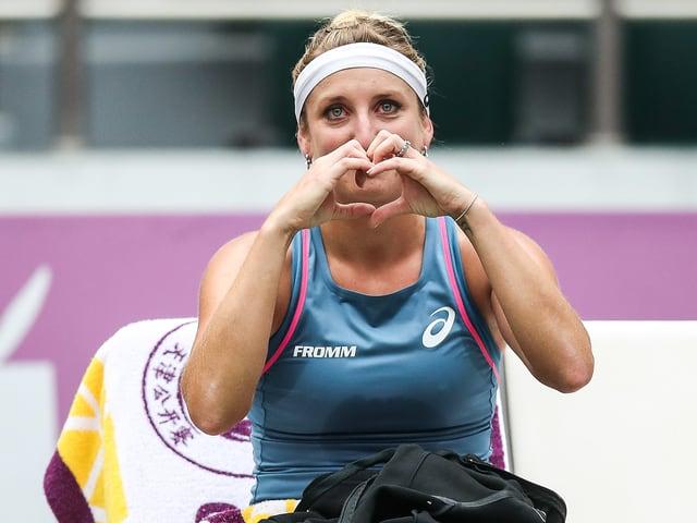 Timea Bacsinszky formt mit Tränen in den Augen mit den Händen ein Herz.
