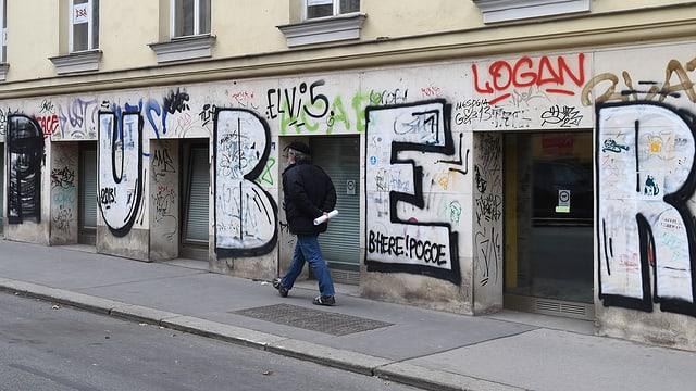 Schriftzug «Puber» an einer Hauswand