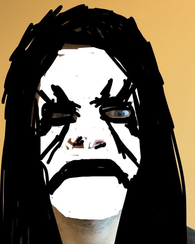 Portrait eines Mannes, über dessen Gesicht mit Snapchat-Farbe eine Leichenbemalung gezeichnet wurde.
