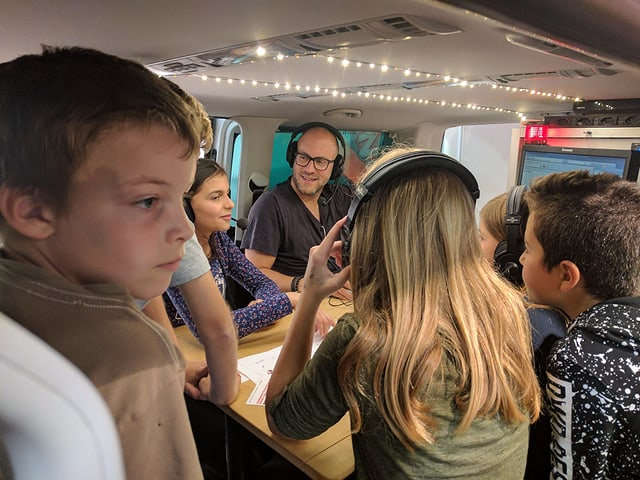 Kinder in einem Radiobus.