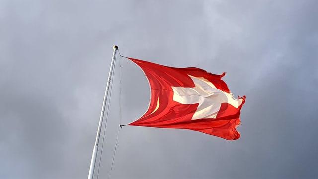 Schweizer Fahne im Wind.