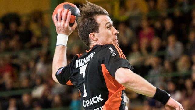 Markus Richwien wirft einen Ball.