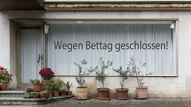 Ein Schaufenster mit gezogenen Vorhängen und der Aufschrift: «Wegen Bettag geschlossen!»