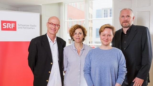 Die Jury bestehend aus Stefan Hoffmann (SRF), Sabine Boss (Autorin und Regisseurin, Jurypräsidentin), Philippe van Doornick (Deputy Managing Director und Head of Telepool Zürich) und die Gewinnerin Anna Schwingenschuh (3.v.l)