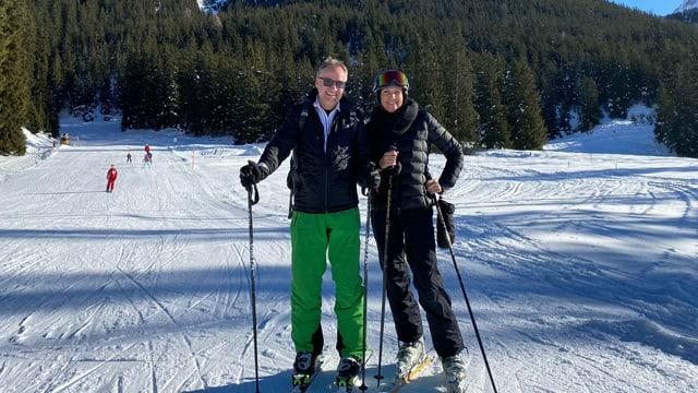 dus turists sin ils skis.