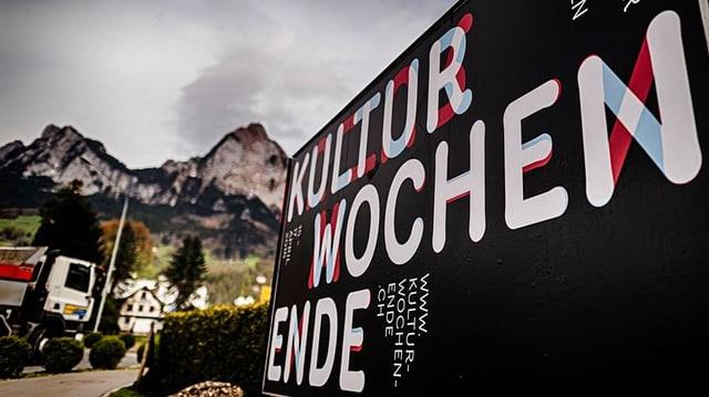 Plakat vor Schwyzer Bergkulisse