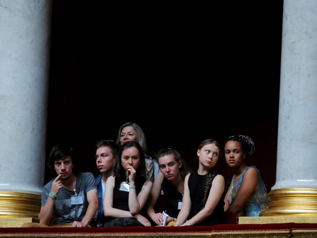 Greta Thunberg mit anderen Teenagern