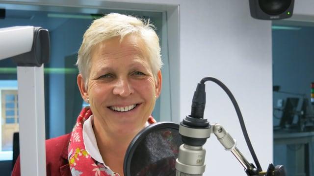 Ella de Groot beim Gespräch im SRF Radiostudio Bern.