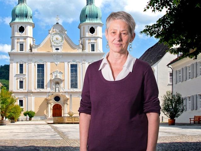 Autorin Maya Brändli steht vor dem Dom in Arlesheim.