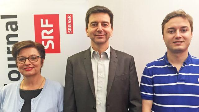 Anita Fetz, David Wüest und Julian Eicke vor SRF Logo.