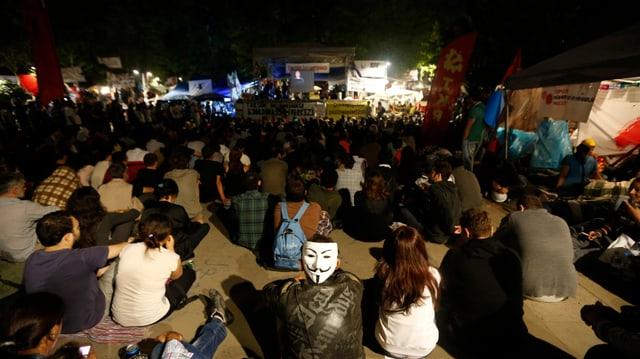 Demonstranten sehen sich im Gezi-Park einen Film an.