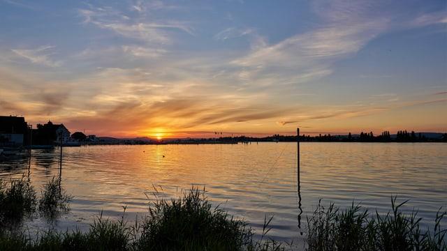 Blick über den Bodensee nach Nordwesten zur untergehenden Sonne.