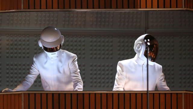 Daft-Punk mit ihren typischen Helmen.