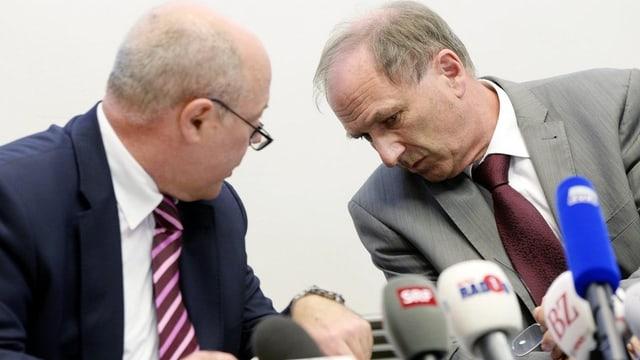 Der Leitende Oberjugendanwalt Marcel Riesen, links, und Regierungsrat Martin Graf, rechts, informieren an einer Medienkonferenz zum Fall Carlos (6.9.2013)