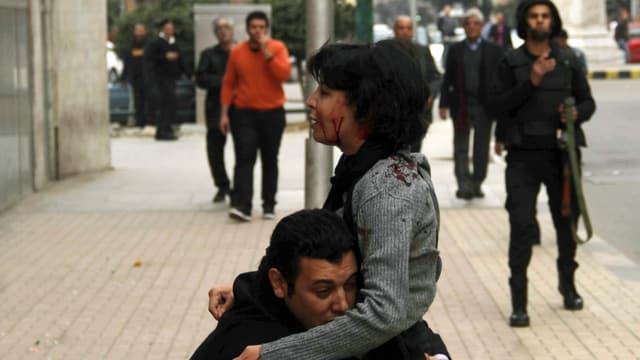 Die 34-jährige Shaimaa El-Sabag wird von Schrottkugeln getroffen und stirbt wenig später. (reuters)