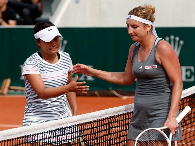 Timea Bacsinszky gratuliert ihrer Gegnerin zum Sieg.