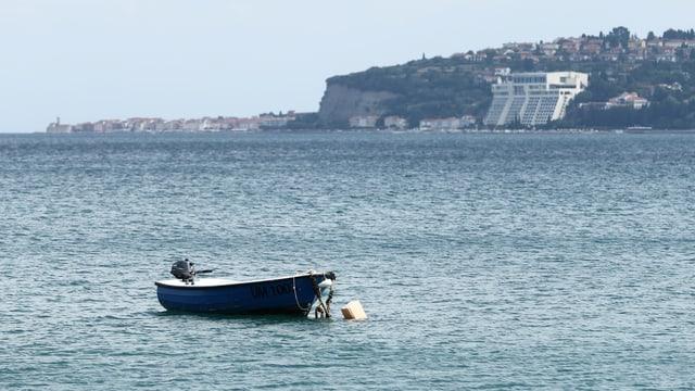 Ein Boot in der Bucht von Piran