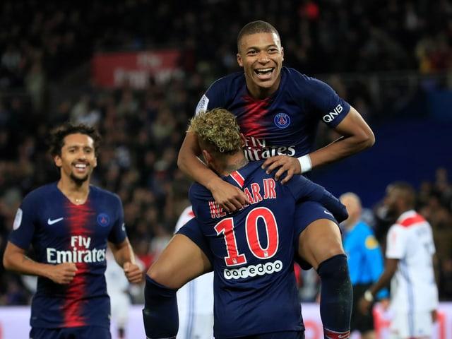 Kylian Mbappé wird von Neymar gefeiert.