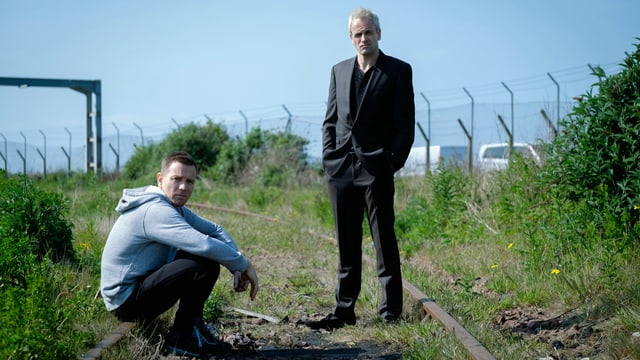 Zwei Männer sind auf einem Abstellgleis