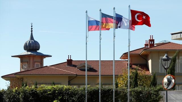 Flaggen vor dem Ort des Treffens in Istanbul
