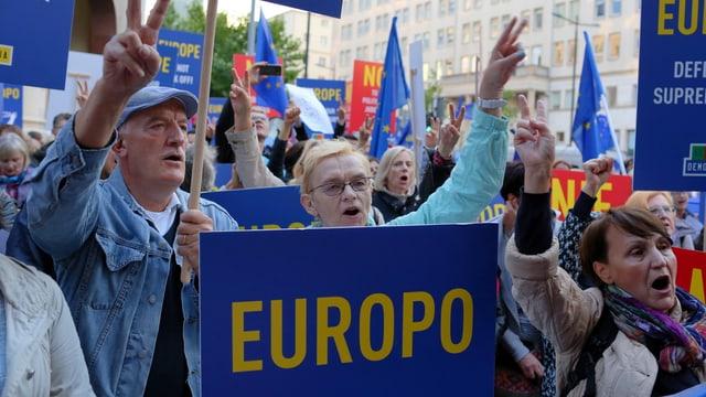 Polnische Demonstranten rufen Parolen