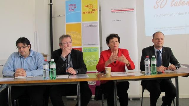 Medienkonferenz mit vier Vertreterinnen und Vertretern von Gewerbe, Industrie und Politik