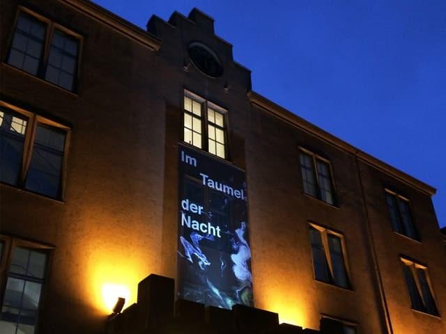 Plakat an der Fassade der Kaserne.