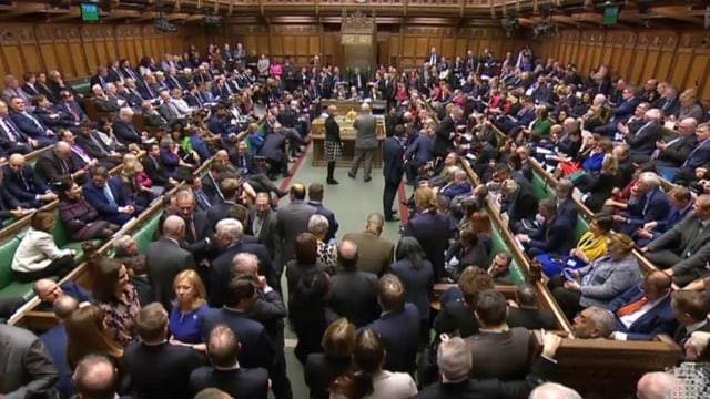Il parlament britannic. Fitg blers deputads en la sala da parlament.