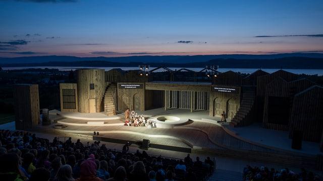 Blick auf die Bühne des Freilichttheaters Murten, im Hintergrund die Jurakette