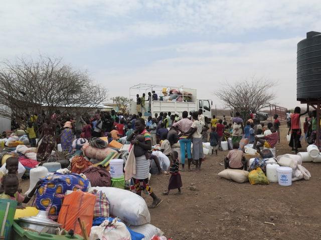 Menschen am Empfangstor des Lagers Kakuma.
