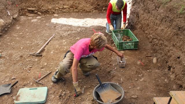 Zwei Personen bei Grabung
