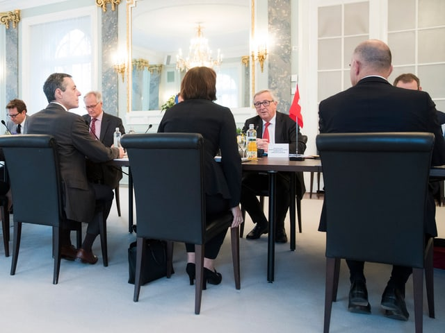 Berset (rechts), in der Mitte sitzt Leuthard und spricht mit Juncker
