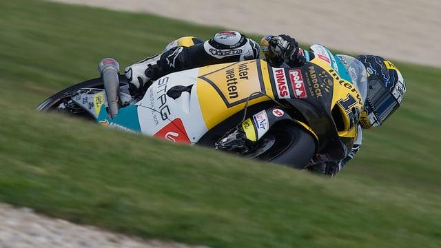 Tom Lüthi liegt mit seinem Motorrad in die Kurve.