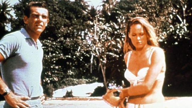 Ein Mann und eine Frau stehen an einem Sandstand.