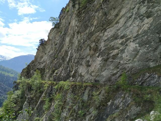 Felsen mit einem Einschnitt für Holzkännel.