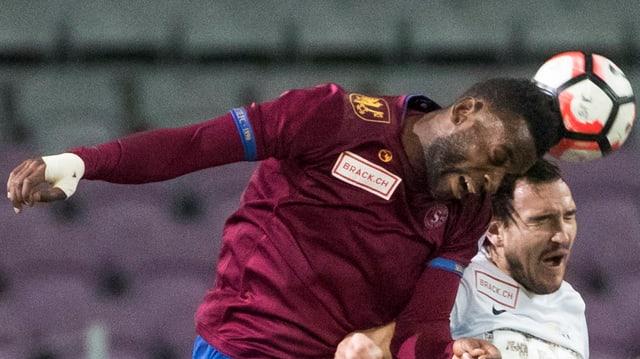 Jean-Pierre Nsame gewinnt ein Kopfballduell gegen Alain Neff.