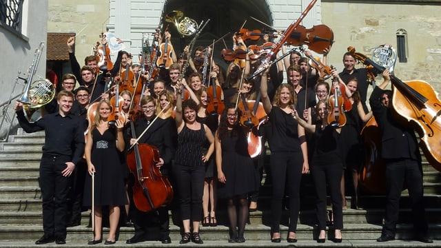 Zentralschweizer Jugendsinfonieorchester auf der Treppe der Hofkirche Luzern.