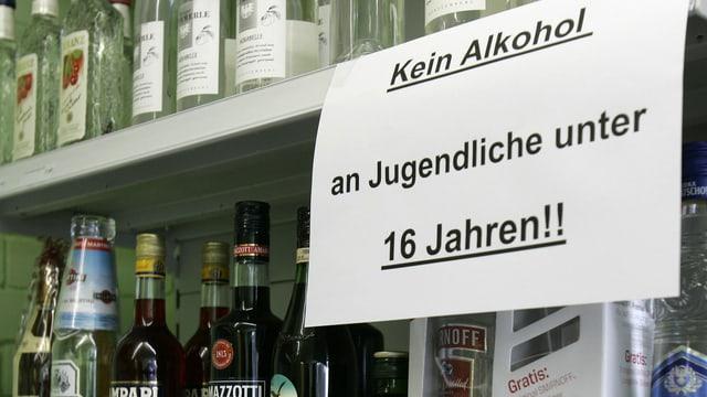 Ein Zettel an einem Alkoholregal: Kein verkauf an Jugendliche unter 16 Jahren.