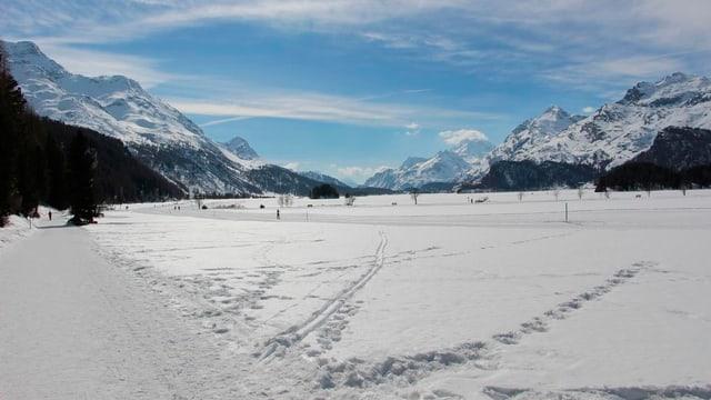 Blick auf den gefrorenen Silsersee an einem schönen Wintertag.