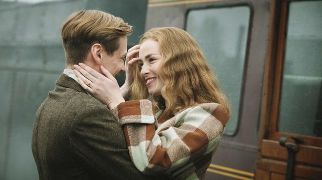 Ein Mann und eine Frau schauen sich verliebt an.