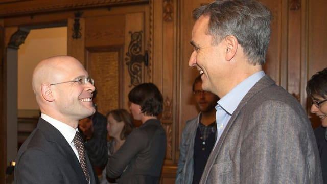 Baschi Dürr und Guy Morin sehen sich an