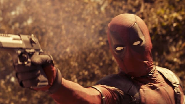 Comicfigur Deadpool mit Pistole.