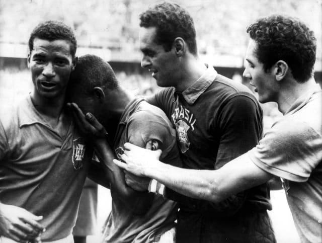 Pelé weint nach dem Gewinn des WM-Titels in den Armen seiner Mitspieler.